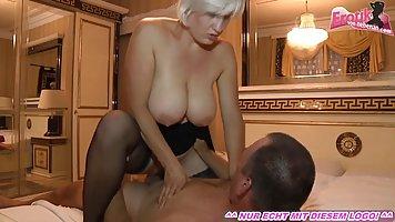 Сисястая блондинка играет с каменным фаллосом зрелого толсто...