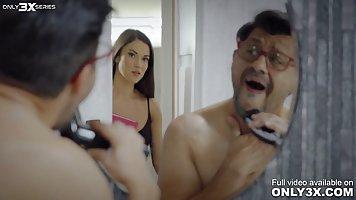 Красотка изменила мужу и захотела хардкорный секс с мужестве...