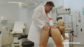 Doctor is using an opportunity to play with his horny patien...