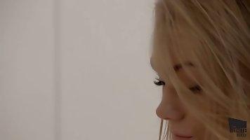 Чувственная девушка блондинка играет сама с собой в своей кр...