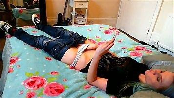 Девушка спустила джинсы и запустила пальчики для соло мастур...
