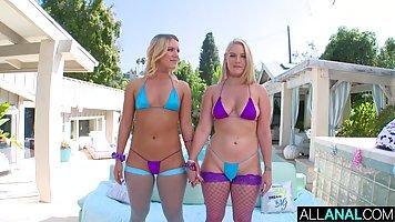 Две девушки в чулках подставляет сочные попки для анального ...