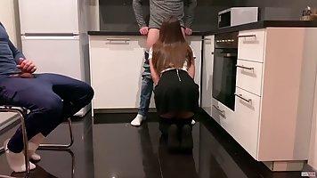 Девушка сосет член друга, а скрытая камера на кухне снимает ...