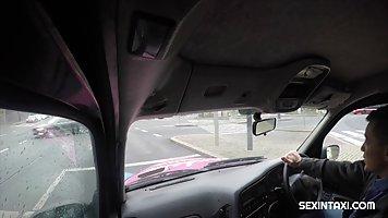 Брюнетка в машине такси сделала минет и не против куни и ваг...