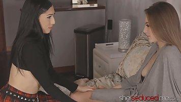Лесбиянки на кровати полируют друг другу мокрые щелочки и ко...