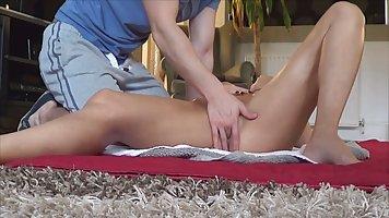 Мамочка на полу после массажа позволяет парню играть с ее бо...
