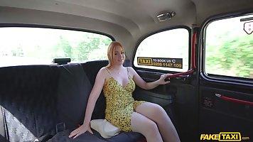 Рыжая девица с большими сиськами трахается в машине таксиста...