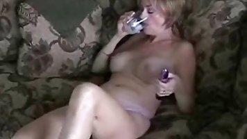 Стильная блондинка женщина нуждается в интенсивном оргазме п...