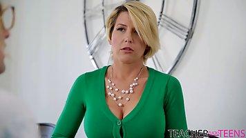 Блондинка после ванны трусит большими сиськами во время секса от первого лица