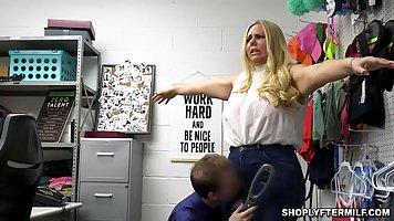 Блондинка мамочка с толстой жопой раздвигает ноги для секса ...