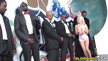 Толпа чернокожих парней подарили блондинке групповой минет и...