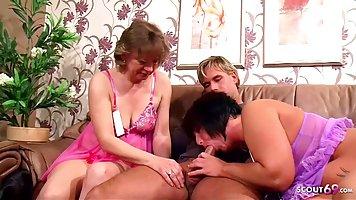 Две зрелые женщины порадовали одного молодого парня на горяч...