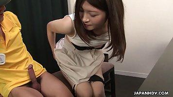 Азиатка с волосатой киской и ее друг снимают на столе домашн...