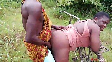 Толстая мулатка на природе раздвигает ноги для секса с негро...
