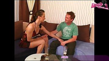 Молодая девушка и ее друг решили в гостиной снять домашнее п...