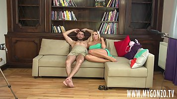 Блондинка мамочка с большими сиськами раздвигает ноги и подс...