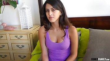Темно волосая детка в фиолетовой рубашке имеет парный секс с...