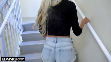 Блондинка в шортиках подставляет свою тугую и влажную киску ...