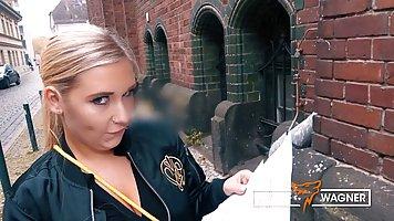 Блондинка во время пикапа повелась на уговоры и занялась сек...