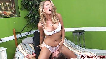 Блондинка мамочка трусит большими сиськами на члене молодого...