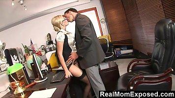 Супер горячая блондинка получает в киску в своем офисе вмест...