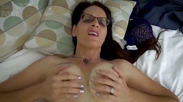 Мамочка брюнетка в очках на кровати мнет руками большие сись...