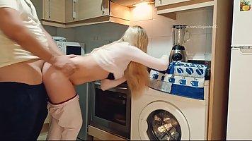 Блондинка с большой попой прямо на кухне подставляет свою ще...
