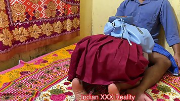 Индийская студентка со своим другом снимают свое домашнее по...