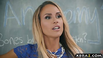 Озорная блондинка Тиган Джеймс трахает парня в классе