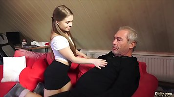 Молодая сучка решила трахнутся с старым мужиком