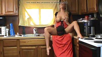 Грудастая блондинка собирается сосать член на кухне и трахат...