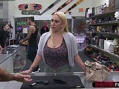 Грудастая блондинка женщина сосала огромный член чтобы получ...