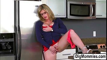 Грудастая шаг мама мастурбирует в то время как ее сын и его ...