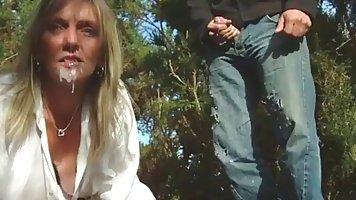 Зрелая женщина в эротическом белье и пояс с подвязками имеющ...