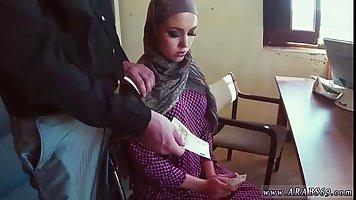 Арабские шлюха получил немного денег чтобы высосать рок-жест...