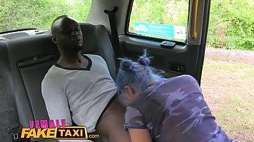 Поддельные женщина-водитель такси поимели черным клиента на ...