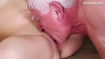 Сексуальная девушка колледжа разведя ноги пошире для пожилог...