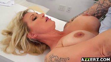 Блондинка с большой задницей Райан выебали в жопу пока она б...