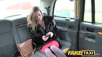 Пафосная сучка жарко трахается с таксистом