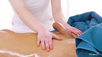 Чешская брюнетка дает массаж парню и за одно трахается с ним