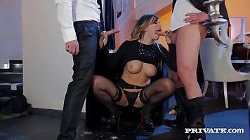Групповой секс брюнетки с большими сиськами и её охранниками