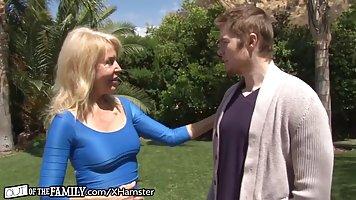 Блондинка мамаша любит Анальный секс со своим парнем дочери ...