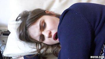 Брюнетка Анна трахаются в своей спальне не зная что ее парен...