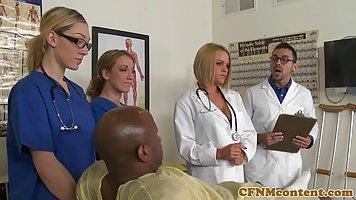 Чернокожий пациент с доктором перетрахали половину медсестёр...