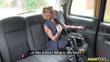Таксист жёстко оттрахал татуированную шлюшку