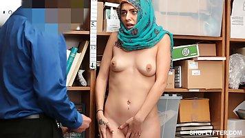 Милая арабка трахается с директором ради премии