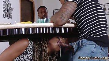Мулатка заползла под стол и отсосала у возлюбленного