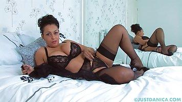Мамка с большой грудью развлекается на постели