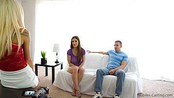 Весёлая красотка показывает дырочки подружке с парнем