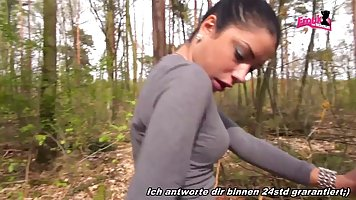 Молодая брюнетка дала незнакомцу в лесу